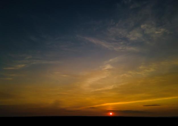オレンジと紫の日没の自然風景の中にカラフルな空