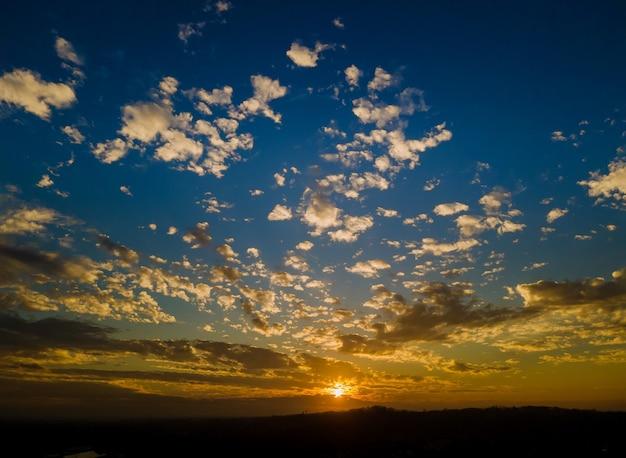 オレンジと紫の夕日の自然の風景の中でカラフルな空