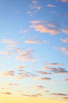 Красочное небо с облаками перед восходом солнца, может быть использовано в качестве фона