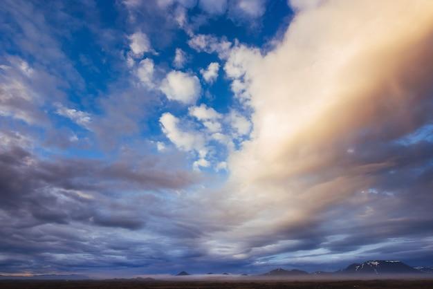 산에서 태양 배경으로 화려한 하늘입니다. 일몰 일출