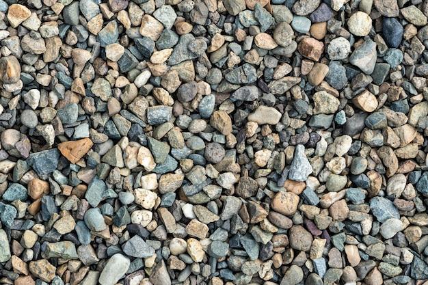 Разноцветные камешки. текстура гравия на фоне. текстура маленьких скал. маленькие камни, маленькие камни, галька многих оттенков серого, белого, коричневого, желтого цвета.