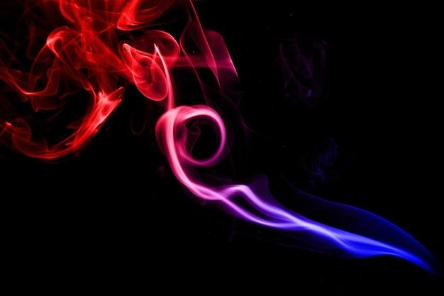 Красочный дым на черном фоне. студийный снимок