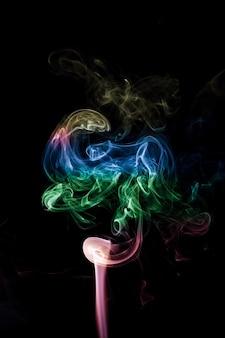Красочный дым на черном фоне.