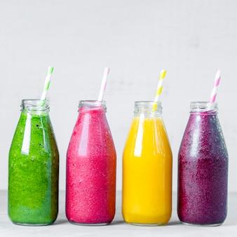 유리병에 든 다채로운 스무디 여름 과일 스무디는 항아리에 있는 건강한 해독 식품 개념