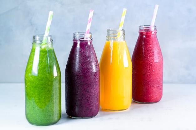 Красочный смузи в стеклянных бутылках, летние фруктовые смузи в банках, концепция здорового питания для детоксикации