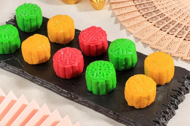 カラフルなスノースキン月餅、甘い雪の月餅、きれいな背景の中秋節の伝統的なおいしいデザート、クローズアップ、中秋のコンセプトのライフスタイル