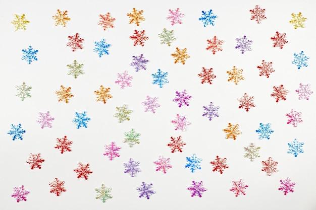 Красочные снежинки, изолированный белый фон. концепция приближается зима. искусственный рождественский снег