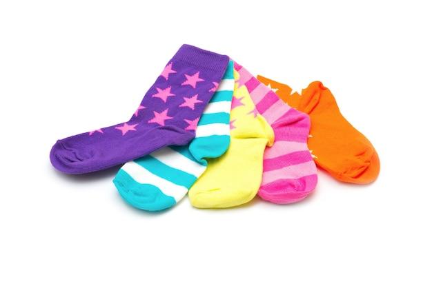 Красочные носки, изолированные на белой поверхности