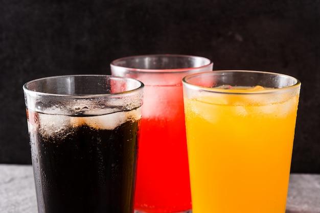 Разноцветные безалкогольные напитки на лето