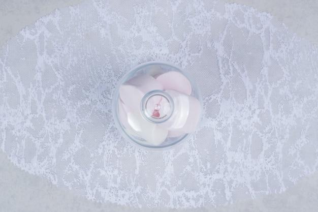 ガラスの瓶にカラフルな柔らかいマシュマロ。高品質の写真
