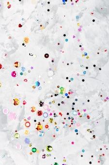 カラフルな輝きの紙吹雪の背景。上から見る