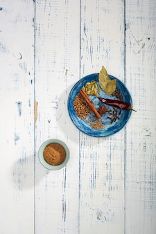 テーブルの上のカラフルなスペシャル。インドのガラムマサラパウダーとその成分はカラフルなスパイスです。