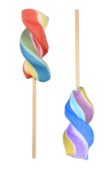 흰색 배경에 고립 된 다채로운 나선형 막대 사탕