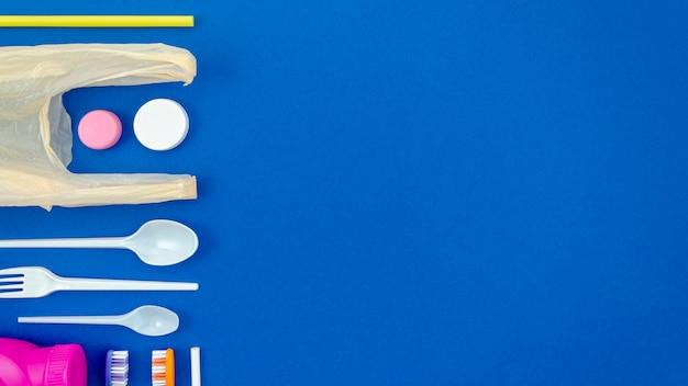 Cucchiai colorati su sfondo blu