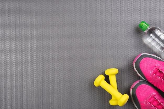 Красочная спортивная композиция с элементами тренажерного зала