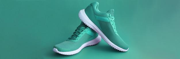 Разноцветная спортивная обувь на зеленом фоне