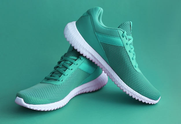 Красочная спортивная обувь на зеленом