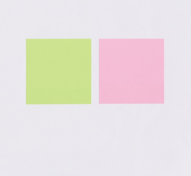 白い紙にカラフルな正方形のメモ用紙