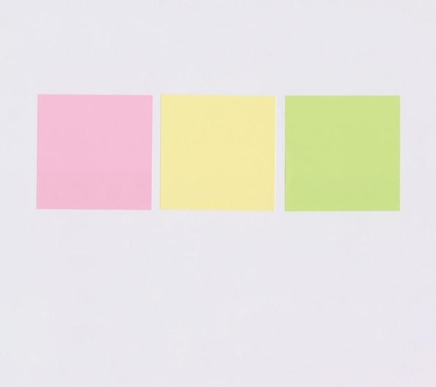 Красочная квадратная бумага для записей, изолированные на белом фоне
