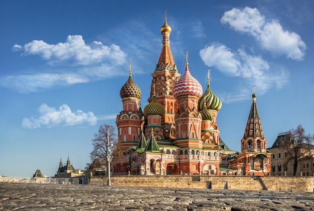 푸른 하늘과 흰 구름 아래 모스크바 붉은 광장에 화려한 성 바실리 성당