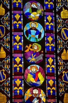 Цветной витраж в церкви в батуми, грузия