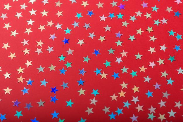 Красочные звезды на красной поверхности