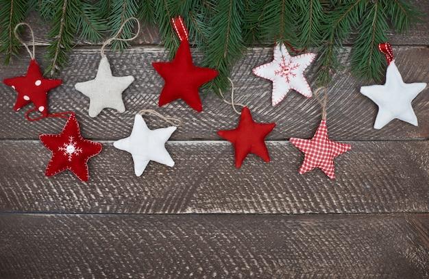 木製の背景にカラフルな星