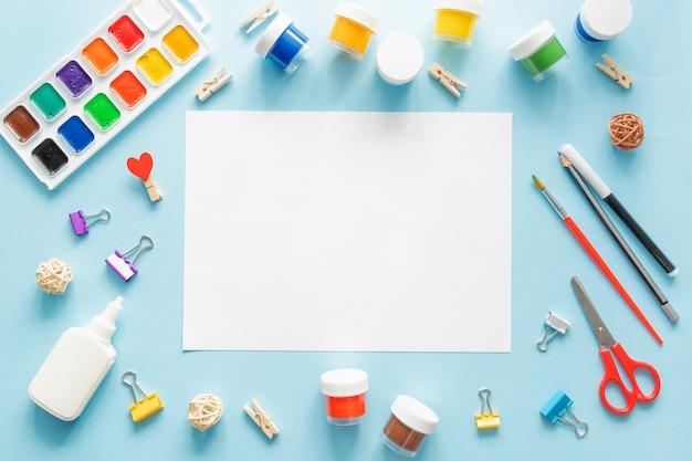 青のトレンドの背景にカラフルな文房具