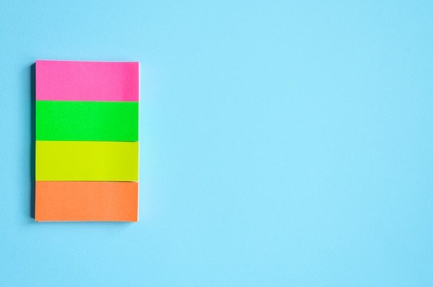 Красочные канцтовары. разноцветные наклейки на синем фоне