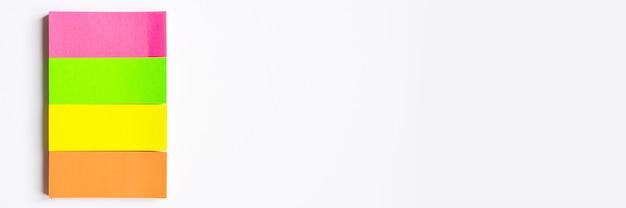 カラフルな文房具。白い背景の上の色とりどりのステッカー。バナー
