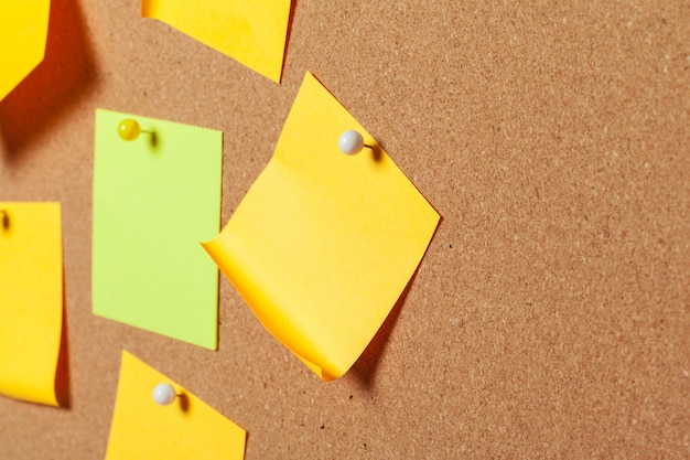 압정으로 다채로운 스티커 메모