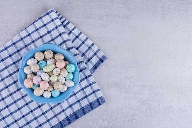 Красочные каменные конфеты на куске скатерти. фото высокого качества