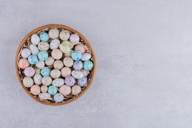 Palline di caramelle di pietra colorate in un vassoio
