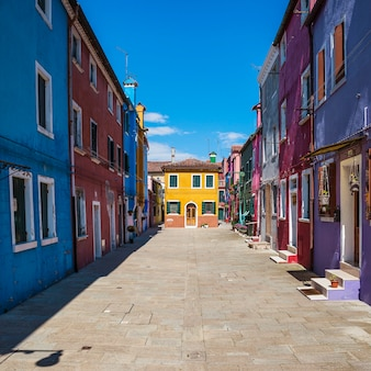 Красочная улица в бурано, недалеко от венеции, италия