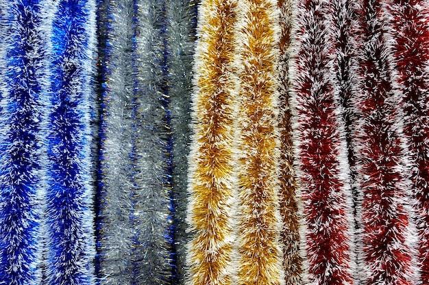 Разноцветные полосы декоративных новогодних гирлянд