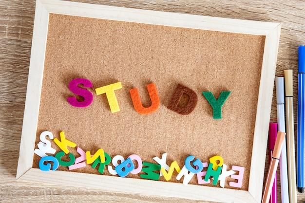 ピンボード上のカラフルな研究単語アルファベット