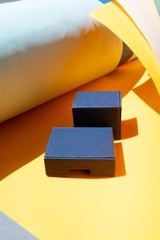 다채로운 스타일의 스톡 장면, 복사 공간이 있는 두 개체에 대한 제품 연단
