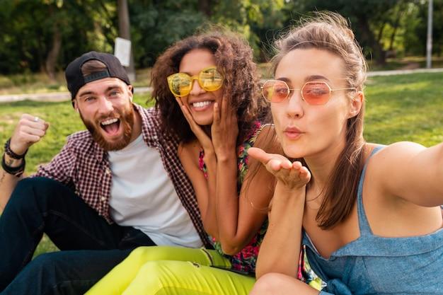 공원, 남자와 여자가 함께 재미 앉아 친구의 화려한 세련 된 행복 젊은 회사