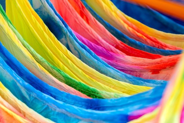 태국 현지 거리 시장에서 판매되는 옷걸이에 있는 다채로운 여름 옷, 클로즈업