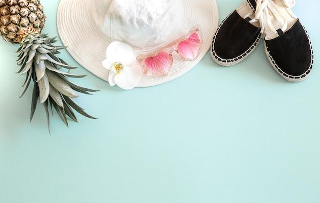 カラフルな夏の女性のファッション衣装フラットレイアウト。サングラスと新鮮なパイナップルの白いスタイリッシュな女性の帽子。夏のファッションや休日の旅行の概念