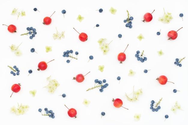 Красочный летний цветочный узор с фруктами и ягодами
