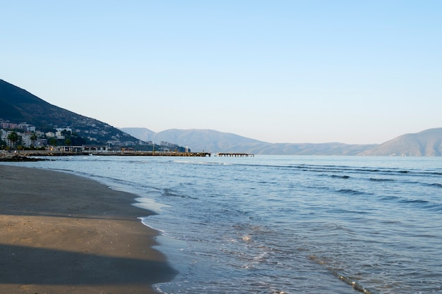 Красочный летний утренний городской пейзаж албании.