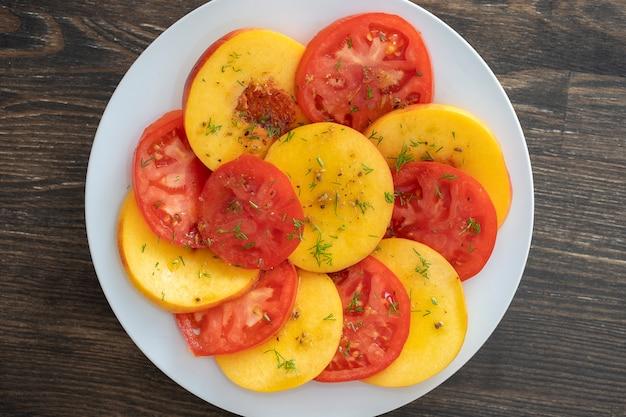 トマトとネクタリンのカラフルなサマーサラダ
