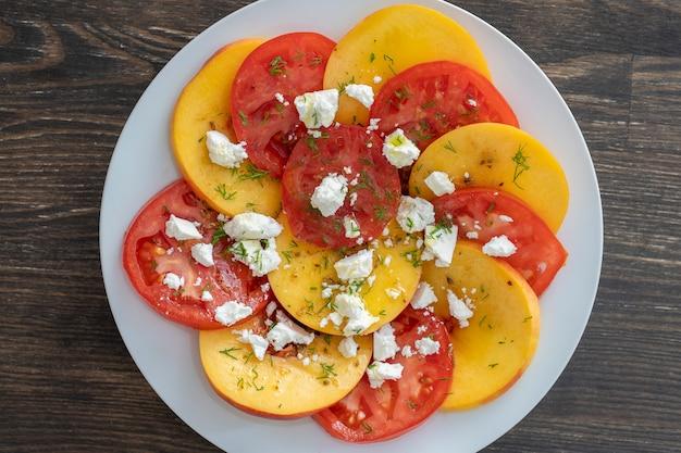 トマト、ネクタリン、フェタチーズのカラフルなサマーサラダ