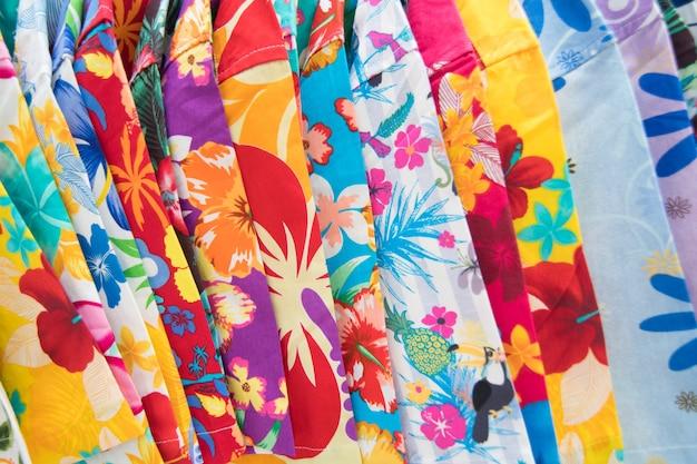 カラフルな夏のシャツとパンツの背景