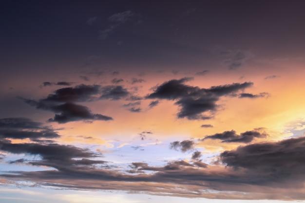 흩어져있는 어두운 구름과 다채로운 여름 하늘
