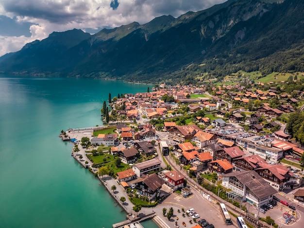 믿을 수 없을 정도로 아름다운 스위스 호수 obersee에서 다채로운 여름 일출.