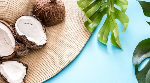 ココナッツとビーチ帽子とカラフルな夏