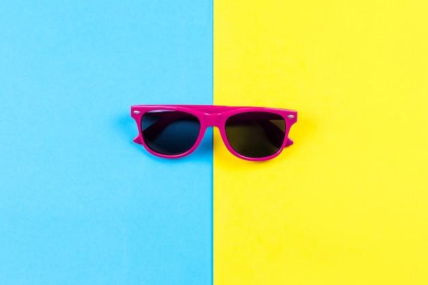 2色の背景にカラフルなサングラス