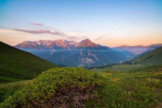 Разноцветный солнечный свет на горных вершинах и хребтах итальянских альп